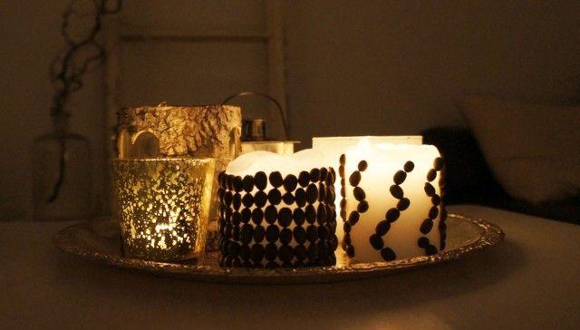 Du trenger kun tre ting til dette prosjektet, og det er lys, kaffebønner og lim.