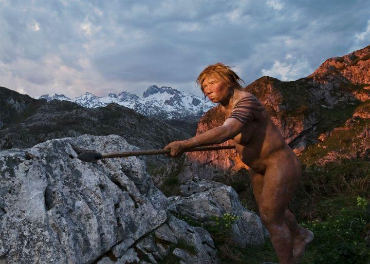 """Reconstrucción de una mujer neandertal cazando con lanza """"cuerpo a cuerpo"""". PHOTOGRAPH-BY-JOE-MCNALLY-NATIONAL-GEOGRAPHIC2."""
