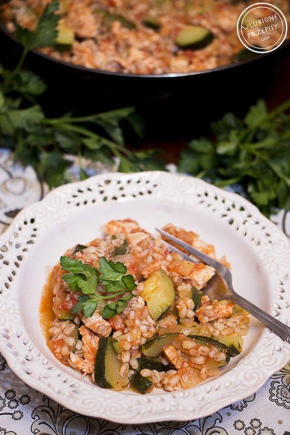 Pęczak z kurczakiem, cukinią i pomidorami to bardzo smaczne, aromatyczne i lekkie danie. Można pominąć pierś z kurczaka, jeśli ktoś woli wersję bezmięsną. Polecam :) Pęczak z kurczakiem, cukinią i pomidorami  Wydrukuj Czas przygotow. 5 minut Czas gotowania 30 minut Czas całkowity 35 minut  Autor: Ulubione Przepisy Kategoria: Obiad, Kurczak, Kasza Liczba porcji:...Więcej »