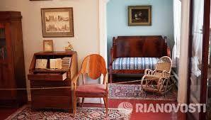 Детская.Детское бюро (19 в.).Шкаф с книгами 19 в.В алькове - диван, плетеное кресло-качалка