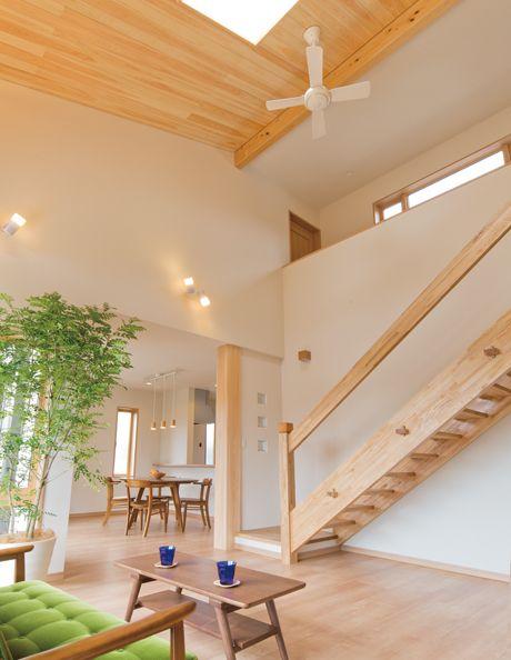 桧の大黒柱と天井パネル。造作の階段。 無垢材の質感が上質なインテリアをつくりだしています。|インテリア|ナチュラル|コーディネート|デザイン|おしゃれ|吹き抜け|