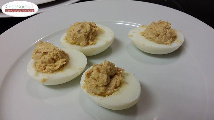 Le Uova con Crema di Tonno sono un antipasto adatto per ogni stagione,di facile realizzazione e molto gustoso. Qui la nostra Ricetta con foto e descrizioni!