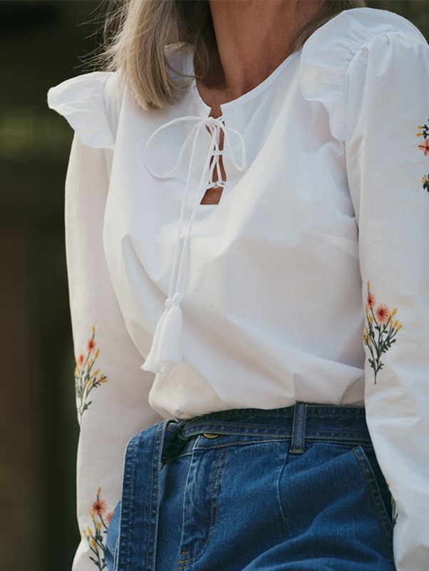 A crisp white shirt with embroidery. Weekend look✔️
