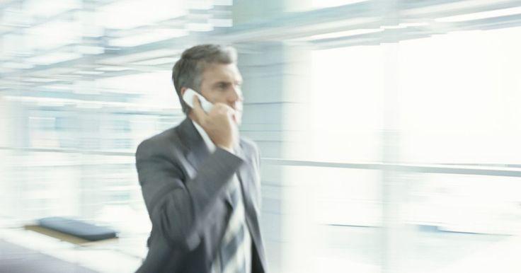 """Cómo liberar un celular AT&T. Al desbloquear o liberar un teléfono, los usuarios de celulares son capaces de trasladar su servicio móvil de un proveedor a otro. Este proceso implica la obtención de un """"código de desbloqueo"""" y luego ingresar el código en el teléfono. Si el teléfono se encuentra actualmente en la red de AT&T, el proveedor te permitirá desbloquear el teléfono, ..."""
