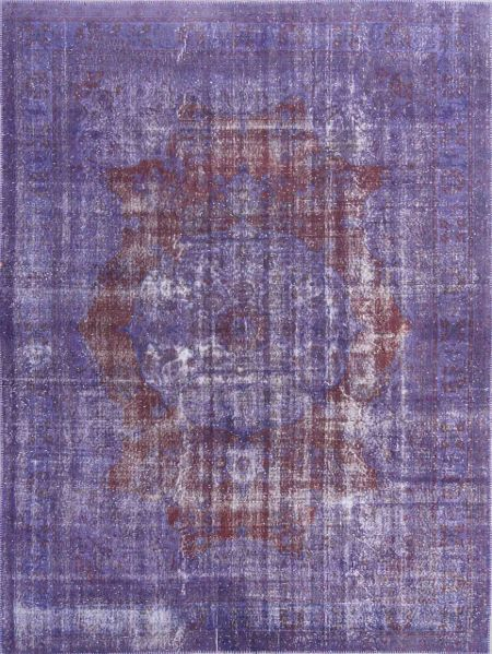 Vintage woolen rug. Hand-knotted rug faded under the sun and redyed in purple. Alfombra vintage de lana anudada a mano, decolorada al sol y teñida de nuevo en púrpura.