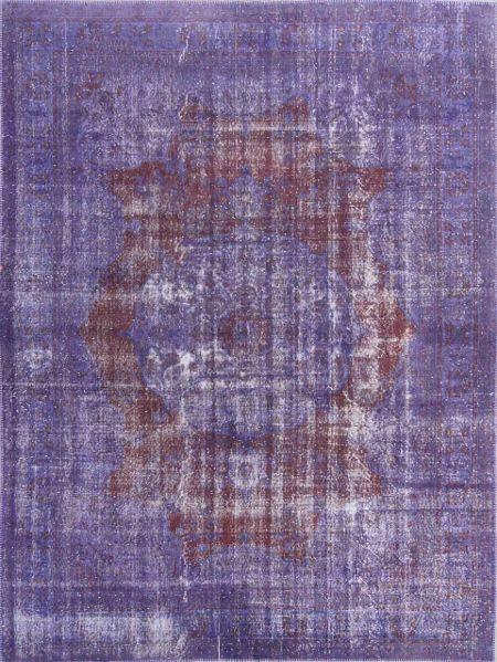 Vintage woolen rug. Hand-knotted rug faded under the sun and redyed in purple. Alfombra vintage de lana anudada a mano, decolorada al sol y teñida de nuevo en púrpura.