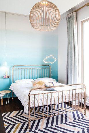 qu tal si pintas una pared de azul y colocas del lado de la cama una nubecita hecha con luces