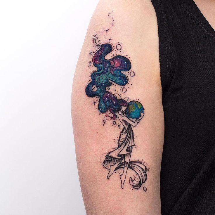 Tatuagem de deusa segurando o planeta terra e cabelos de galaxia criada por Rob Carvalho de São Paulo.