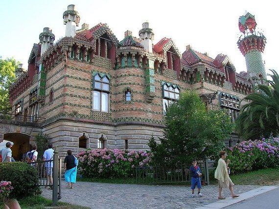 #Comillas tiene un capricho hecho de piedra, ladrillo, forjas, azulejos y maderas nobles, una tentación para los amantes de la arquitectura #modernista http://www.guias.travel/blog/capricho-oriental-con-comillas/ & http://www.hotelessantander.com/?page=comillas.php