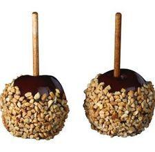 Le mele immerse nel cioccolato sono un ottimo dolce semplice da fare. Le mele ricoperte di cioccolato vengono immerse a mano e servite con stecchi di legno. L'articolo prosegue dopo il video Ingredienti 8 piccole mele medio-piccole rosse o verdi 90 gr di cioccolato semi-fondete 8 bastoncino di legno Nocciole tritate Istruzioni 1 Lavate le mele, rimuovete il gambo e inserite il bastoncino di legno nell'area in cui avete rimosso il gambo. 2 Fate fondere il cioccolato semi-fondente a…