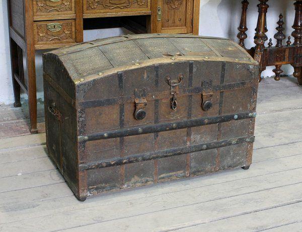 Старинный сундук с ковкой