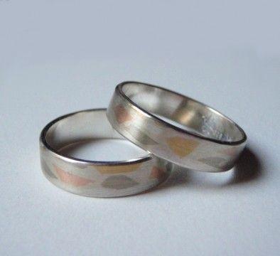 Eheringe aus 925er Silber, Gelbgold und Palladium. Es werden Feingold- und Palladiumweißgold-Stückchen so in das Silber eingewalzt, daß der Ring eine völlig glatte Oberfläche hat. Bitte beachten Sie, dass jeder Ring unterschiedlich aussieht. Die Musterung ist rein zufällig.   Auf Wunsch auch in Palladium mit Gelbgold und Gelbgold mit Palladium erhältlich. Der Farbeffekt ist bei diesen beiden Varianten dezenter, da beide Metalle dunkler als Silber sind.