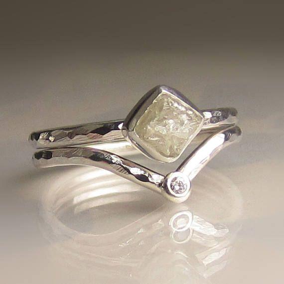 Natürliche, ungeschnitten, rau, konfliktfrei diamond Cube inmitten feine silberne Lünette auf gehämmertem Sterling Silber Band. Die Diamant ca. 5,3 mm X 6 mm und wiegt 1.15cts. Das Band ist ca. 1,65 mm breit und 1,5 mm dick. Die Roh-Diamant-Ring paart sich mit einer passenden Chevron-Band mit einem gut geschnittenen 1,7 mm facettierten weißen Diamanten inmitten einer Portion Sterling Silber. Dieses Set wird zusammen als Set verkauft!  Dieser Ring ist eine Größe 6 1/2 und ich kann die 5 1...