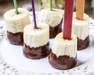 Sucettes de bananes au chocolat et aux noisettes : http://www.fourchette-et-bikini.fr/recettes/recettes-minceur/sucettes-de-bananes-au-chocolat-et-aux-noisettes.html