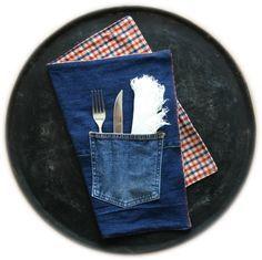Aus der ausrangierten Jeans und dem kuscheligen Flanellhemd ein Tischset nähen, welches beidseitig benutzt werden kann? Dank dieser Anleitung im Nu gemacht.