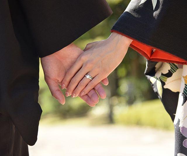 こんな手元ショットもお気に入り😍💍💓指輪は前日#MIKIMOTO さんでメンテナンスしてもらったらピカピカに復活😊✨ところが、洗い物中に親指をパンナイフで激しく負傷してしまうという事件💦💦でも負傷した親指は彼の手で上手く隠れています😆✌️ #wedding #プレ花嫁 #和装前撮り #華雅苑 #黒引き振袖 #美浜園
