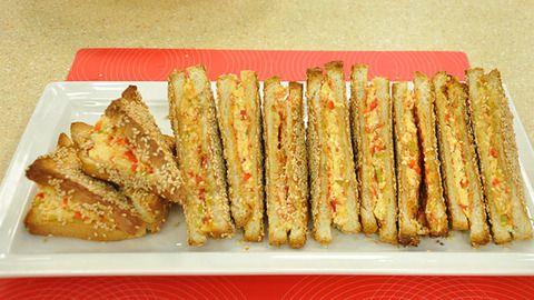 Susamlı Peynirli Ekmek Böreği Tarifi;  http://www.oktayustam.com/tarifler/32013-susamli_peynirli_ekmek_boregi_tarifi.html