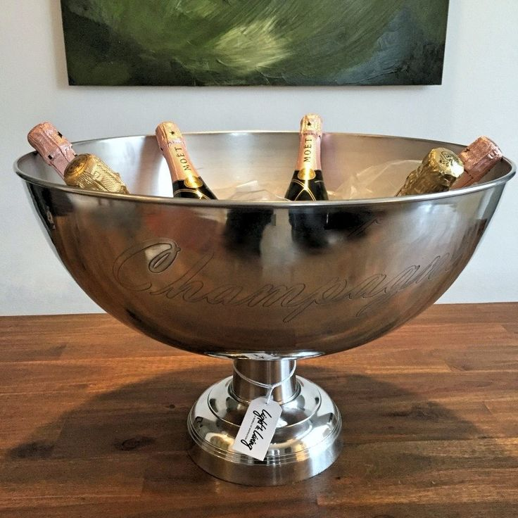 Light & Living – Sektkühler.  Sektkühler in XL Format. In dieser edlen Schale wird Champagner und Sekt stilvoll gekühlt und serviert.  Im extra-großen Format für alle, die gerne prunkvolle Feste feiern und die Korken knallen lassen!     Material: Aluminium Größe: 50×36 cm