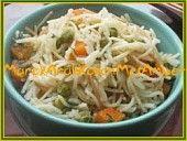 Rijstvermicelli met gekruide doperwtjes/worteltjes