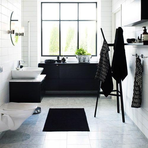Marmorgolv, vita väggar och mörka möbler