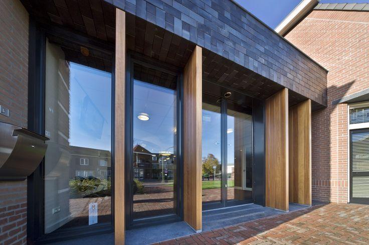 bedrijfsgebouw voor Van Boxtel waarbij de luifel en lamellen structuur zorgt voor schaal en ritme in verhouding tot de oudere delen van het complex