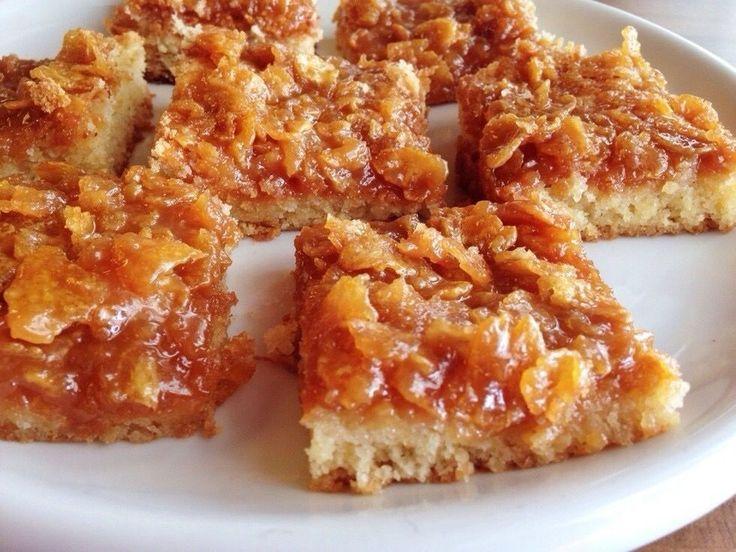 Nu ska jag bjuda dig på en vansinnigt god kaka, denna bara måste du testa att baka någon dag. Alltså toscan uppepå med cornflakes, ämen den är såååååå mumsig! Ingredienser: 8 ägg 8 dl socker 400 gr smält smör 2 msk vaniljsocker 1/2 msk bakpulver 8,5 dl vetemjöl Gör såhär: 1) Sätt ugnen på 175 grade