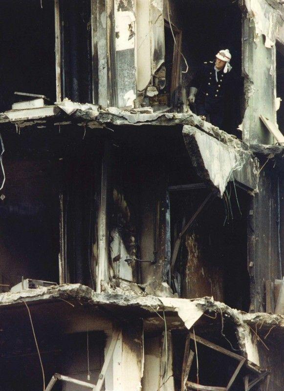 Een brandweerman doorzoekt donderdagochtend een apartement van een van de hogere verdiepingen van de flat Kruitberg. Tot nu toe zijn de stoffelijke resten van 49 dodelijke slachtoffers gevonden van de vliegramp met de El Al-Boeing. ANP - Raymond Rutting