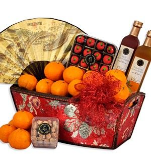 恭喜发财 Wealth Wishes A symbol of prosperity. Ross Cottage Homemade Calamansi Honey Nectar (柑花蜜) 500ml, Ross Cottage Homemade Mint Nectar (薄荷蜜) 500ml, Ross Cottage Strawberry Apple Tarts (草莓苹果酥)120g, Sweet Apricot (甜杏) 250g and 24 pcs auspicious Mandarin Oranges(橘子) presented in an opulent muscovite wooden brocade box accessorized with new year accessories.