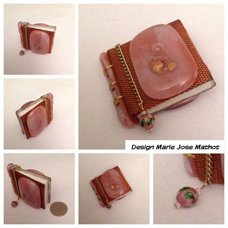 Glazen miniatuur boekje. Roze bulls eye glas met goud mica. Dit is een van de 50 miniatuurboekjes in de tentoonstelling bij de Koninklijke Bibliotheek in Een Haa. De inhoud is een gedicht van AMG Schmidt. De uitgever Marcel Raadgeep. Zie ook kb.nl en facebook.