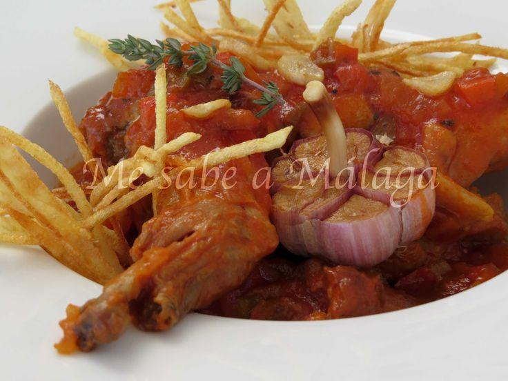 El conejo al ajillo con tomate es un plato típico de Alozaina, municipio malagueño situado en las estribaciones de la Sierra de las Nie...