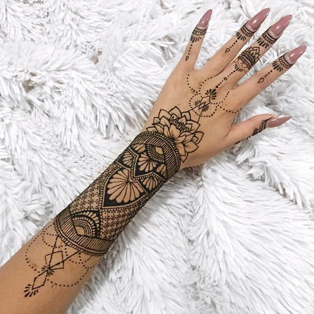 I haven't done henna in a really long time, was having a pretty rough few days and I forgot how therapeutic doing henna was for me. If you scroll all the way down to the beginning of my IG you'll see I was very into it. Gonna start doing it again  a part of this design was inspired by @hennabysolange #hennaart #hennadesign #hennadesigns #hennatattoo