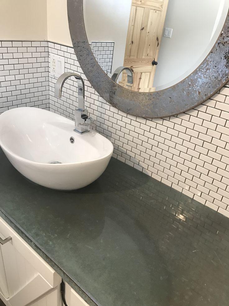 Comptoir de salle de bain en béton poli coloré aux acides, dosseret en céramique blanche et lavabo vasque, réalisation de kind of béton / concrete countertop colored with acid stain