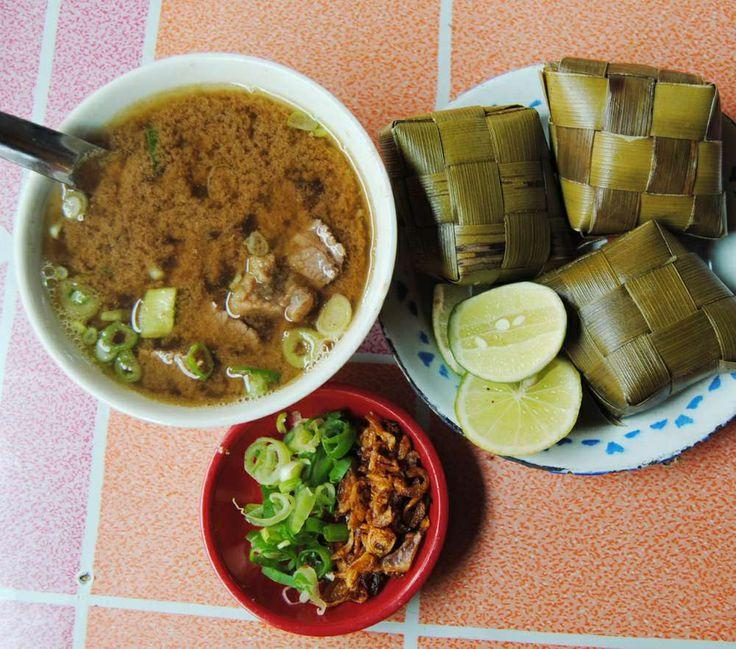 Coto Makassar atau Coto Mangkasara merupakan Makanan khas dari Sulawesi Selatan. makanan ini punya keunikan tersendiri, baik dari nama ataupun isi di dalam Coto tersebut. Biasanya di nikmati bersama irisan ketupat. #PINdonesia