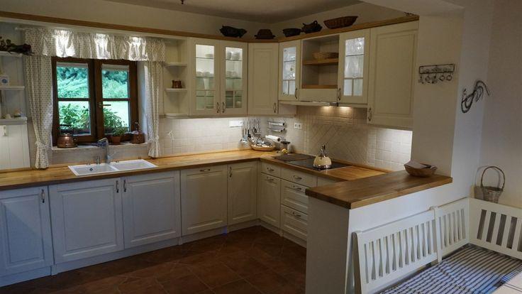 V kuchyně ve tvaru písmene L má majitelka k dispozici vše potřebné.