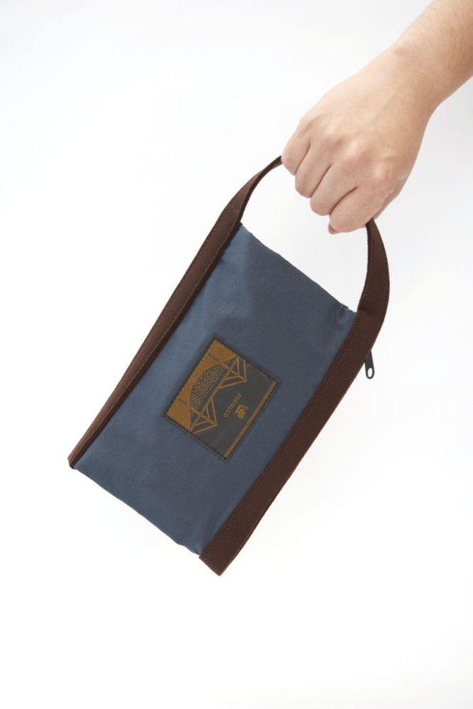 このポーチは、単体でもほかのバッグに入れてもOKなサイズです。 生地はポスタルコのレインウェアに使われている撥水性があるオリジナルのシア・ドライ・ナイロンの二重仕立てとなっており、しっかり織られたストラップで挟んでいるのでジッパーの開け閉めがラクです。水に強いので洗面用具入れに最適だけど、文具類やケーブル入れにも使え、内側には小さいポケットが付いているので、目薬やリップクリームなどの細かいものも分けて持ち歩けます。ナイロン製で洗濯可。日本製。 シア・ドライ・ナイロンとは、ウォータープルーフというのはほとんどが 繊維の中に薄いプラスティックを貼るかゴム引きをした構造ですが、 ゴワゴワするし通気性が感じられません。ポスタルコのシア・ドライ・ナイロンは、繊維そのものに撥水をほどこしてあるので、ゴワゴワしないでやわらかく通気性もあります。従来のウォータープルーフよりも耐久性にすぐれ100回洗濯しても撥水性を保ち、 水、お湯、油のシミを防ぎます。95% UVカット。シア・ドライ・ナイロンは、ポスタルコオリジナルの生地となっております。