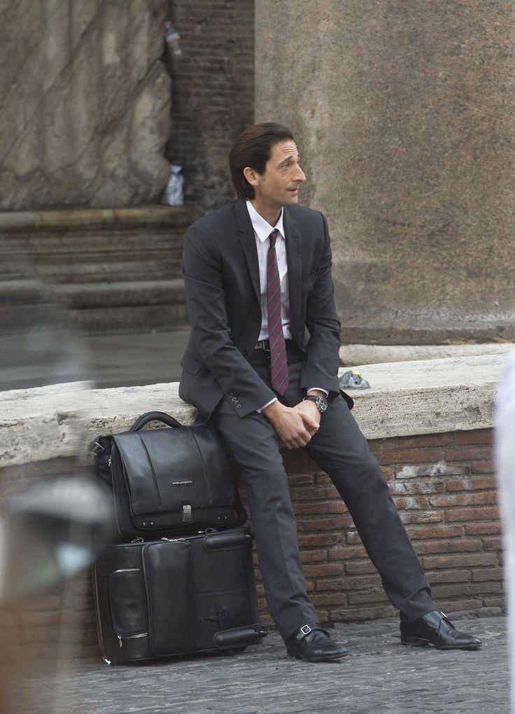 Adrien Brody z torbą i walizka Piquadro. Większość toreb i plecaków Piquadro posiada pas, do założenia na bagaż. Zapraszamy do obejrzenia i na zakupy - Piquadro w Butiku Multicase, w Centrum Handlowym Atrium Promenada.