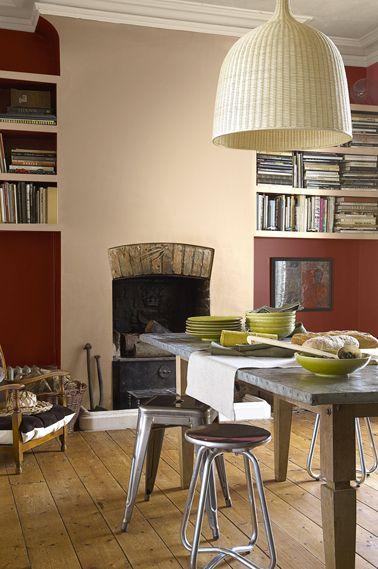 Une peinture d'un rouge généreux sublime le mur de la cheminée peint avec une douce couleur beige rosé. Photo Astral