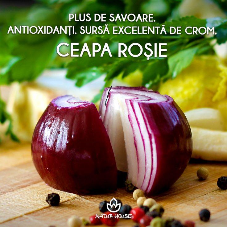 Vrei să adaugi un plus de savoare la salate? Ceapa roșie este mai dulce și mai puțin iute decât ceapa albă. În plus, conține de două ori mai mulți antioxidanți și este o sursă foarte bună de crom, carea ajută la reglarea nivelul de zahăr din sânge. #sănătate #nutriție #dietă