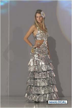 Construimos Vestidos Disfraces Trajes Tipicos Con Material Reciclados