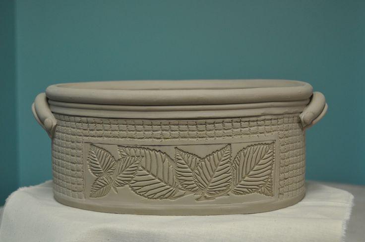 Stoneware handbuilt deep dish casserole. Casserole en grès fait à la main.