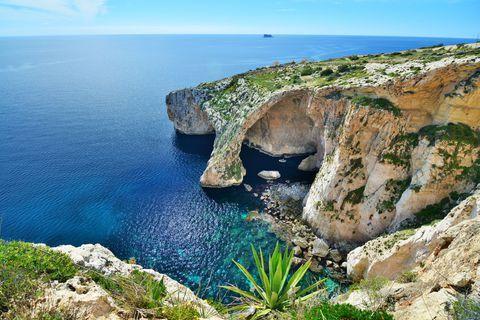 マルタ共和国はあまり知られてはいませんが、イタリアの南側・地中海の中央にある小さな島国です。温暖な気候に、良好な治安、美しい海、世界遺産の城塞都市、超古代遺跡、地中海の海の幸など、魅力を上げればキリがありません!6月中旬から9月中旬までのサマーシーズンは海水浴やダイビングが楽しめ、シーズンオフは格安料金で観光ができるという素敵なマルタ。行けば絶対好きになる!魅惑のマルタ島をご紹介します。