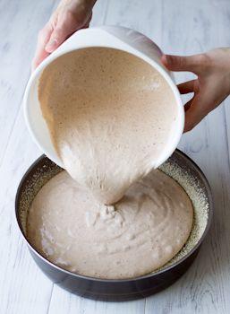 Taikina: 4 munaa sokeria perunajauhoja 70 g hasselpähkinäjauhetta 1 rkl kaakaojauhetta 1 ½ tl leivinjauhetta Kostukkeen määrä: n. 2 dl Voitele ja korppujauhota vuoka (∅ 24 cm). Riko munat lasiin. Mittaa toiseen lasiin saman verran sokeria. Tyhjennä sokeri kulhoon. Mittaa lasiin perunajauhoja puolet munien määrästä. Lisää pähkinä-, kaakao- ja leivinjauhe ja sekoita kuivat aineet keskenään. […]
