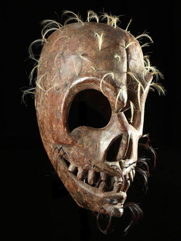 Provenance collection particulière  Nous avons eu un coup de coeur pour cette pièce collectée vers 1960 et appartenant (sous réserves) à l'ethnie Himachal.  Pas d'autres informations à son sujet.  Le faciès est splendide, la patine également. La taille est supérieure à celle d'une tête humaine, au moins une fois et demie. Bois dur, avec une implantation de cheveux humains.