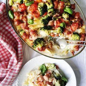 En pølseret går lige hjem hos både børn og voksne. Denne opskrift på pølseret er med grøntsager, cremet sauce og pasta. Virkelig lækkert!