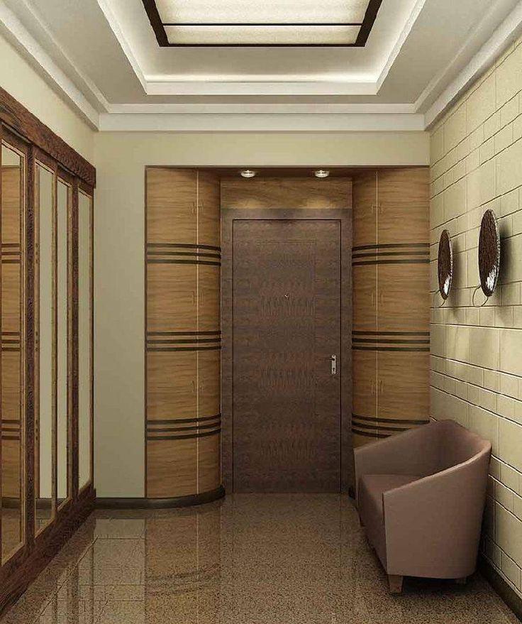 Многоуровневый потолок в прихожей и необычное оформление уличной двери выступают гармоничным ансамблем.