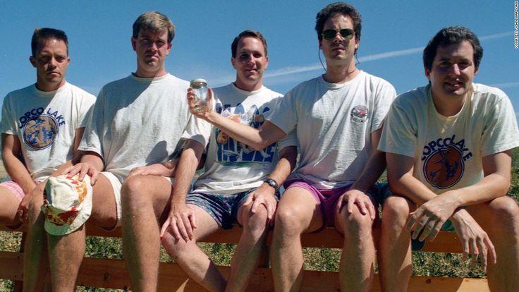 Cinco amigos de la escuela secundaria de Santa Barbara se han estado haciendo la misma foto con la misma pose en el mismo lugar cada lustro en los últimos 35 años. Su historia se hizo viral hace ci…