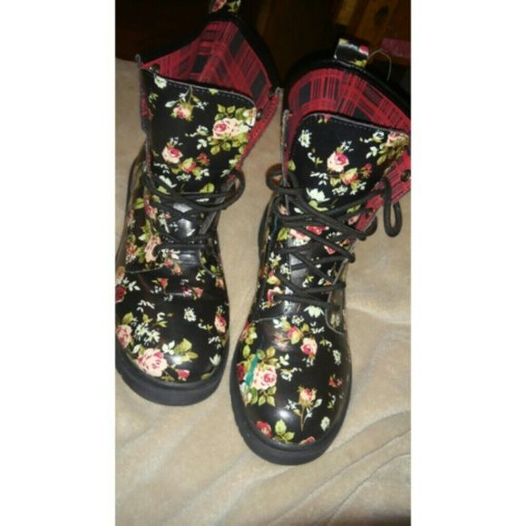 Back floral combat boots Size:9 BARELY WORN ONCE.Very good condtion. Got little blue nail polish on it as you see in pictures.Not my style so selling it BONGO Shoes Combat & Moto Boots