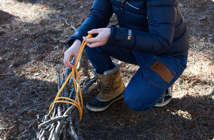 Machen Sie Ihren eigenen Campingplatz mit Seilen und Ästen! Spiele Team mit Seilarbeit! -Koishi Yukas Camp de Play Corps   – アウトドア、災害グッズ