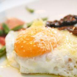 Crostata com ovos e trufas negras