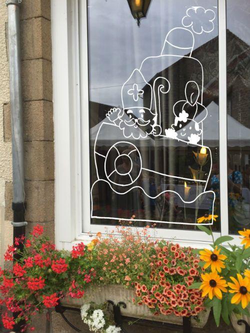 Raamversiering, raamdecoratie, raamtekening, krijtstifttekening van Sinterklaas en Zwarte Piet op de stoomboot. Een DIY raamtekening voor weinig te downloaden.